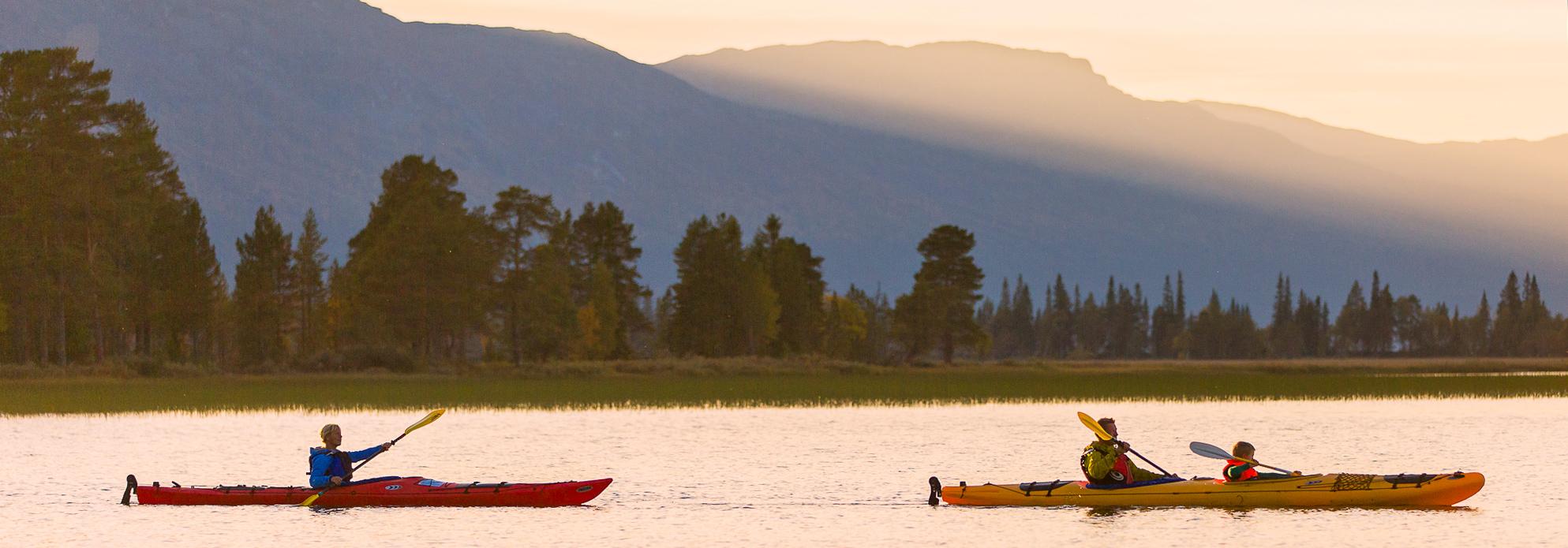 Att Paddla Kajak På Ottsjön En Ljus Sommarnatt är En Fjällupplevelse I Världsklass! Du Kan Ta Del Av Den I Södra Årejällen.
