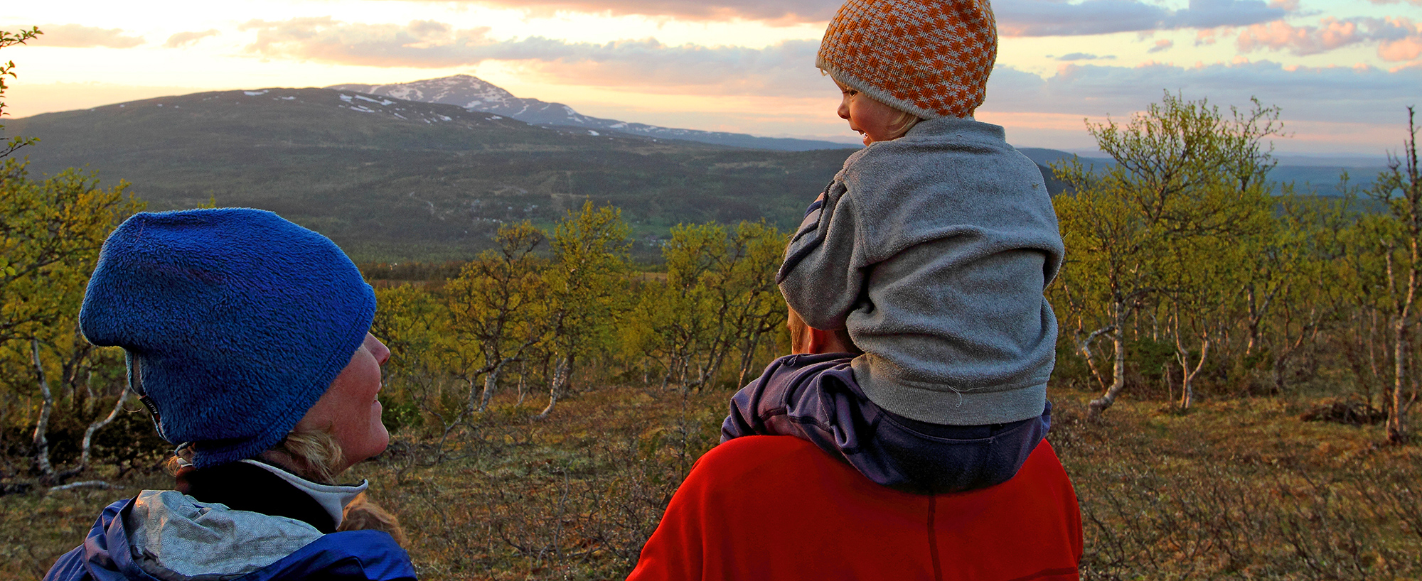 Barnfamilj På Grofjällsrundan, Med Vy Mot Edsåsdalen, Renfjället Och Åreskutan. Fjällupplevelser I Världsklass I Södra Årefjällen.