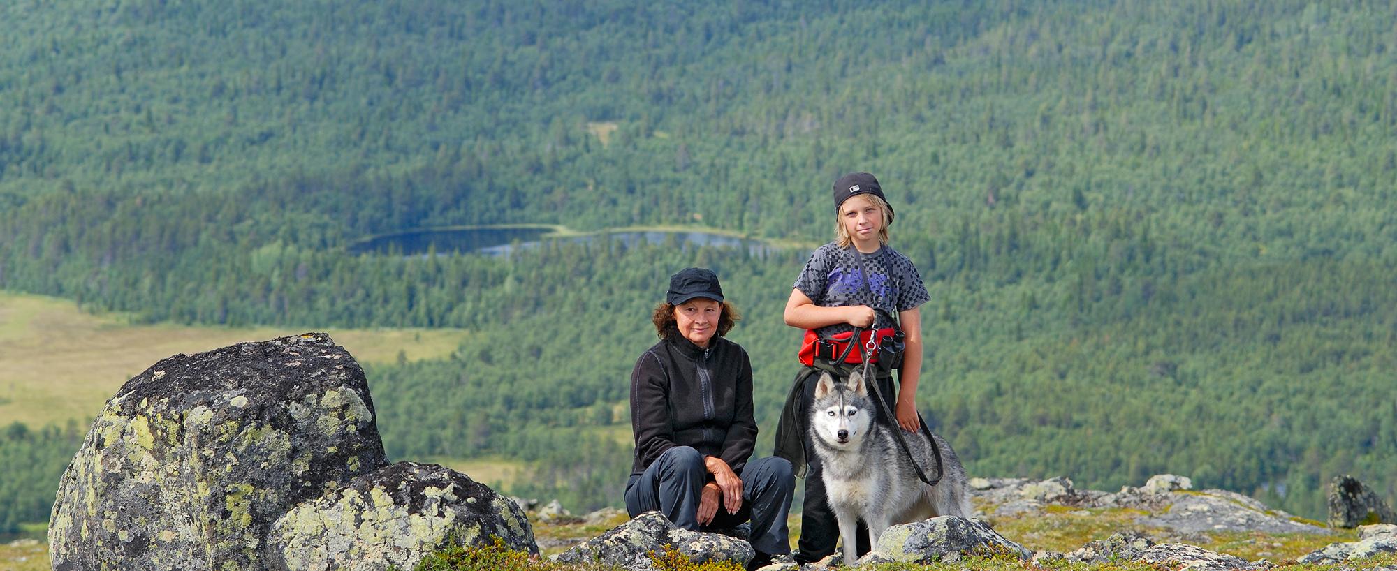 Kvinna, Pojke Och Hund Rastar På Middagsvalens Topp. En Fjällupplevelse I Världsklass I Södra Årefjällen.