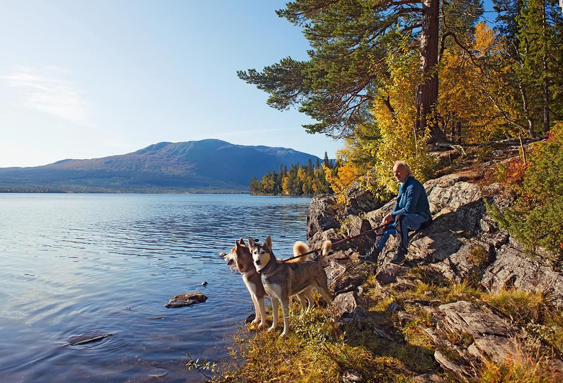 Längs Norra Ridvadsrundan Har Man Fantastisk Utsikt över Ottsjön. Fjällupplevelser I Världsklass I Södra Årefjällen.